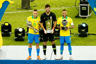 Dani Alves hay nhất Copa America, trở về ký Barca