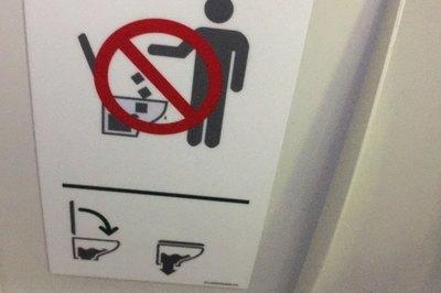Máy bay 'nằm sân' chỉ vì khách vứt cả bỉm vào nhà vệ sinh