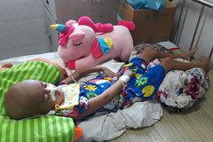 Người mẹ Khmer lặng lẽ lau giọt nước mắt vì không có tiền cứu con