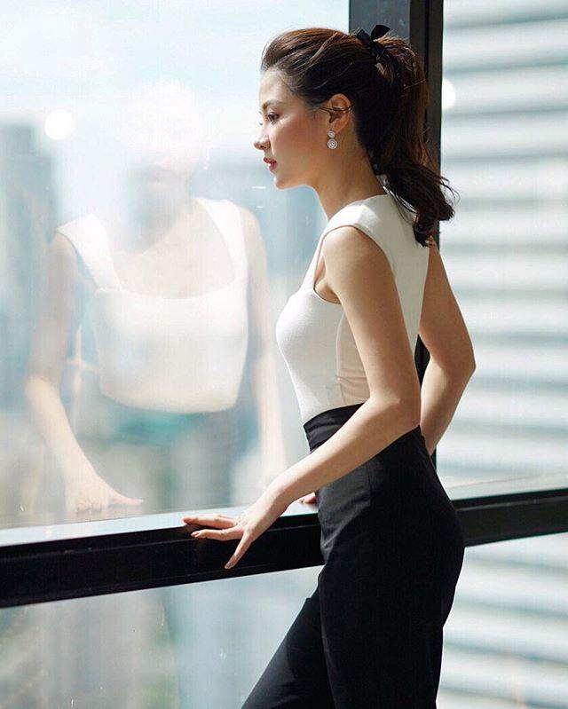 Nhan sắc hút hồn và gu thời trang cực chất của nữ chính 'Chiếc lá cuốn bay'