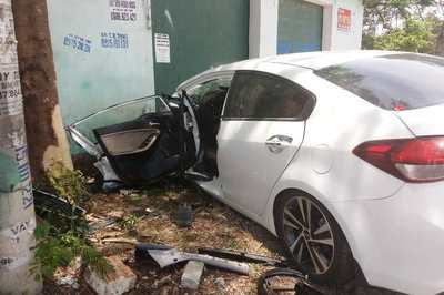 Xế hộp đâm gốc cây ở Thanh Hóa, 3 người trong gia đình bị thương nặng