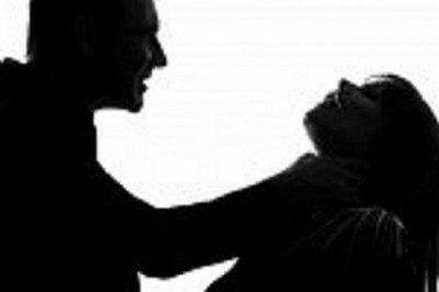 Con gái nhỏ chứng kiến cảnh bố đâm gục mẹ