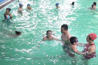 Khám phá lớp học bơi vui vẻ, miễn phí cho mọi người