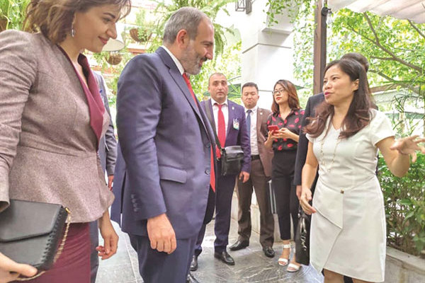 Armenian Prime Minister and his wife enjoy a taste of Vietnam