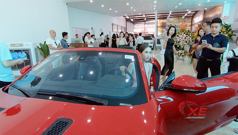 Ngọc Trinh đẹp lộng lẫy bên dàn siêu xe hội tụ phố Hà Nội