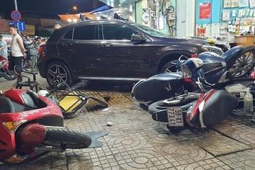 """Tình hình sức khỏe 9 người bị thương vụ """"xe điên"""" Mercedes tông trên phố Sài Gòn"""