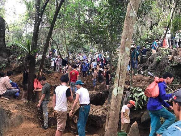 Hàng trăm người đổ xô lên núi đào đá quý ở Yên Bái. Ảnh: An Phương