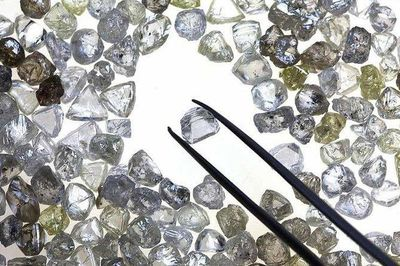 Bán một lúc hơn trăm viên kim cương giá 240 tỷ