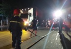 Cháy rừng xuyên đêm ở Hà Tĩnh, xe cứu hỏa dàn hàng canh nhà dân
