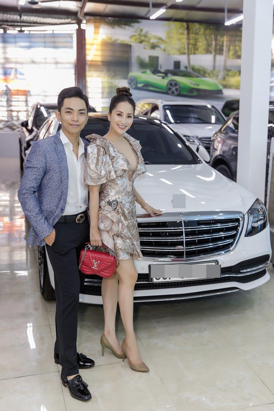 Khánh Thi khoe vòng 1 gợi cảm bên chồng trẻ Phan Hiển