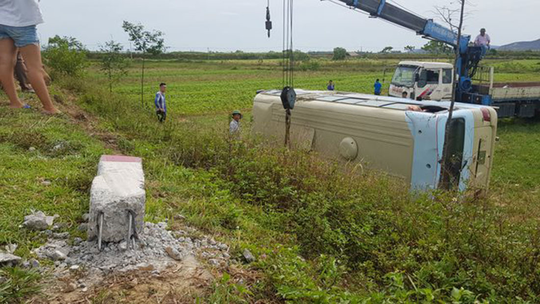 Nữ công nhân níu tay tài xế, xe chở hơn 20 người ở Nghệ An nhào xuống ruộng