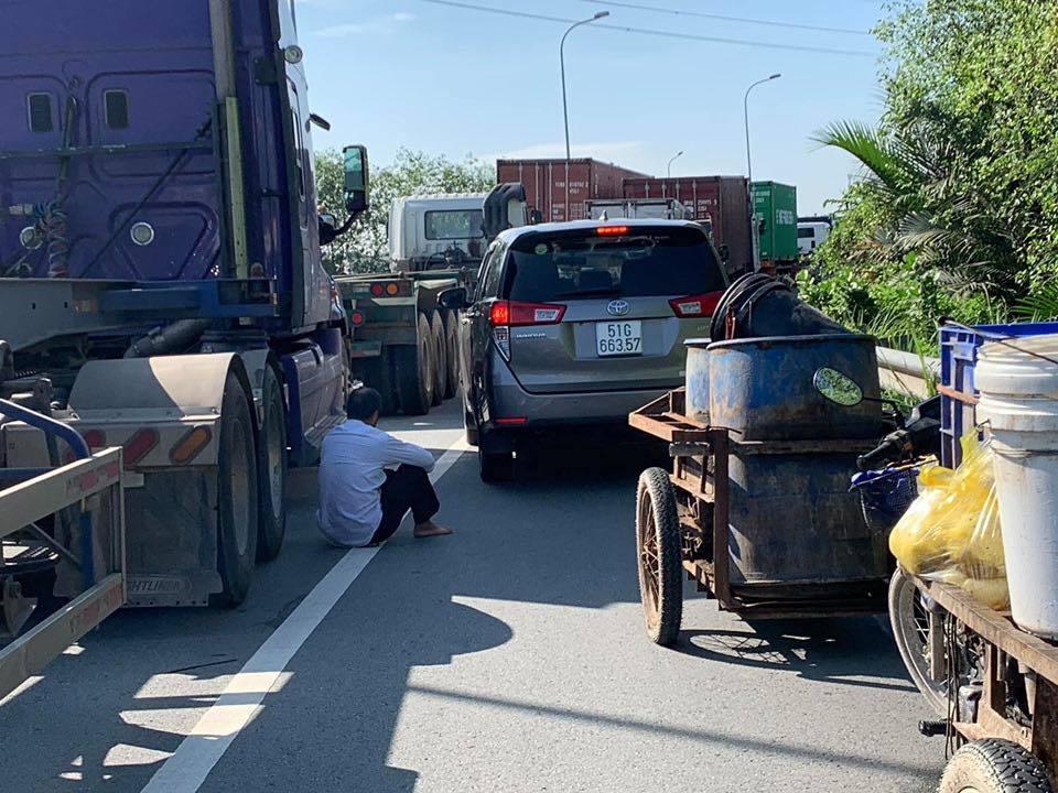 Cửa ngõ Đông Sài Gòn tắc 8 tiếng, dòng xe nối đuôi bất động