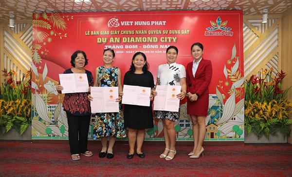 Việt Hưng Phát trao hàng trăm sổ hồng Dự án Diamond City