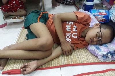 Cậu bé 10 tuổi quằn quại đau đớn vì ung thư