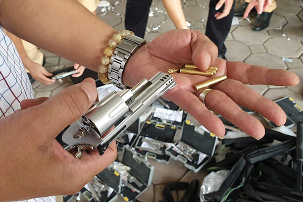 CSGT Hà Nội phát hiện 1 phụ nữ vận chuyển hàng chục khẩu súng có đạn