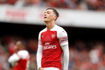 Arsenal vẫn trả một phần lương khi tống khứ Ozil