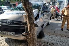 Ô tô tông văng GrabBike, rúc đầu vào gốc cây trên phố Sài Gòn