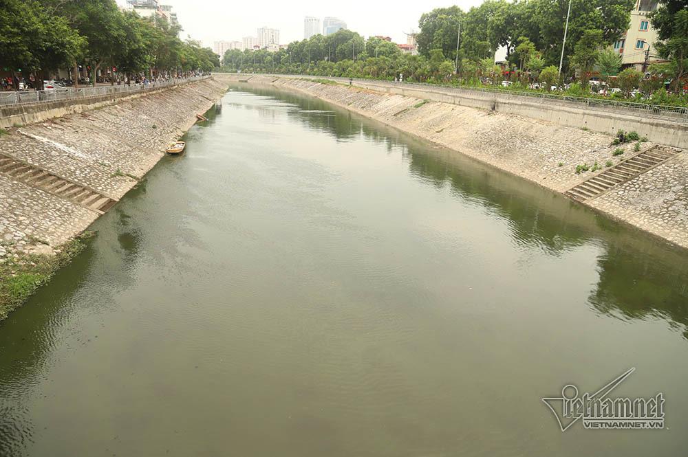 Triệu khối nước cuồn cuộn đổ vào, sông Tô Lịch biến sắc