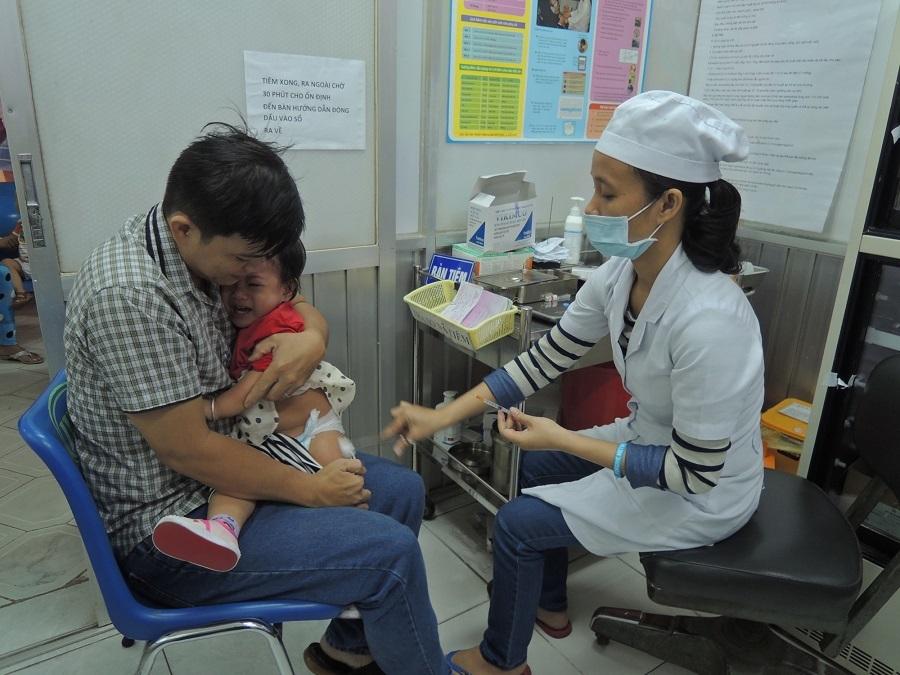 Sốc phản vệ sau tiêm ComBE Five , 2 em bé ở Sài Gòn được cứu kịp thời