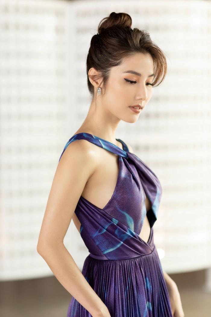 Diễm My 9X diện đầm khoét ngực đọ sắc Á hậu Thuý Vân