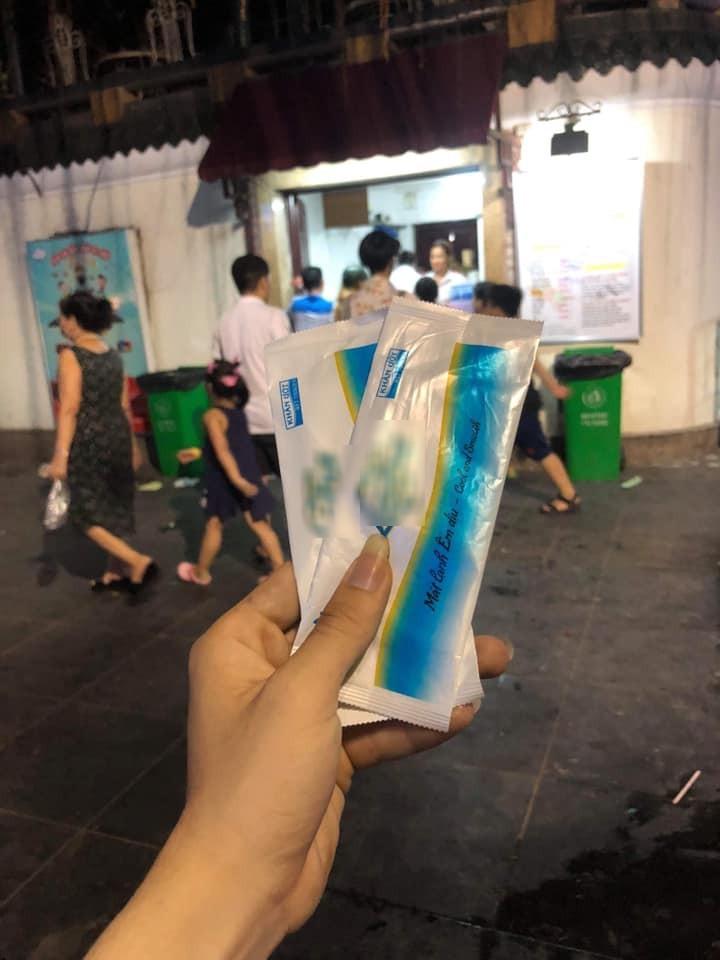 Cửa hàng kem nổi tiếng Hà Nội bị tố: Tự ý thu của khách 1k và đổi cho bao khăn giấy ướt?