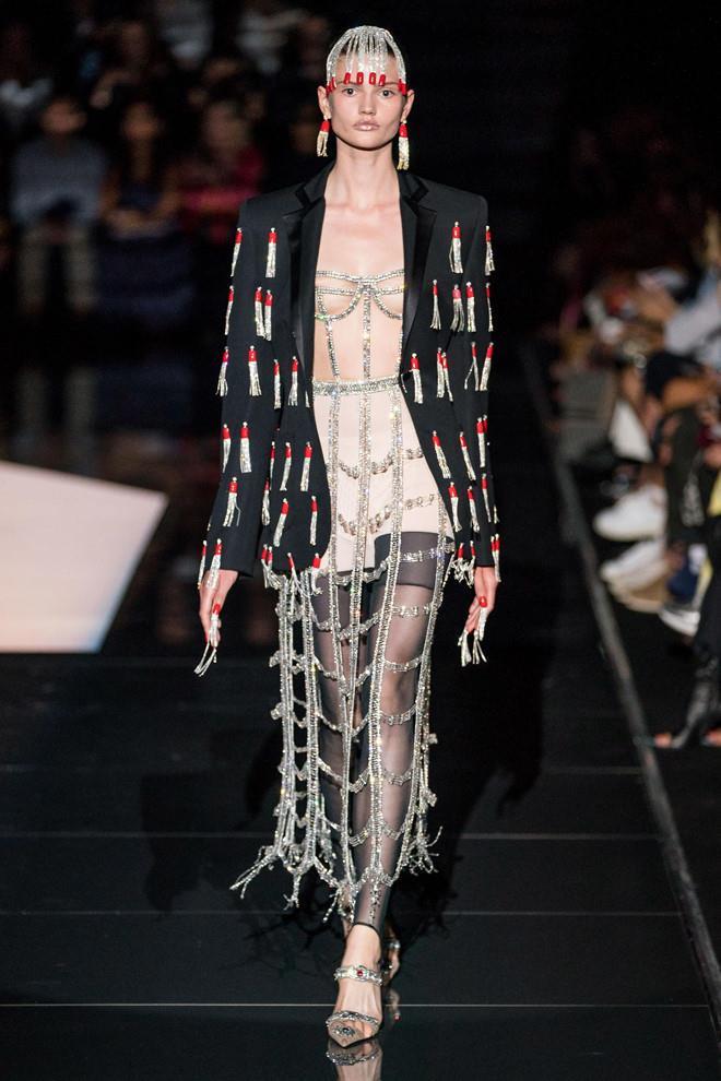 Những thiết kế hở ngực, lộ cơ thể ở Tuần lễ Thời trang Paris 2019