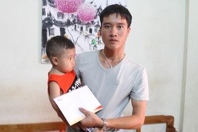 Bé Cao Huy Thành bị u não liệt 2 chân giờ đã đi lại được