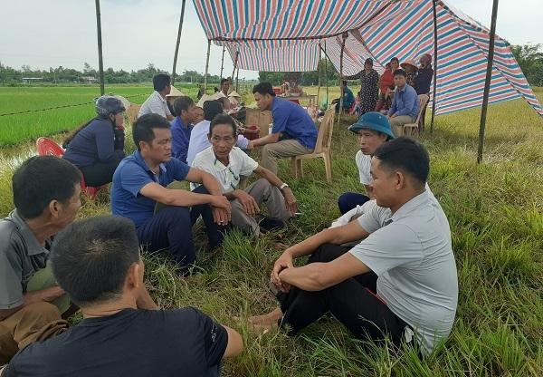 Tai nạn ở Hà Tĩnh, ám ảnh tiếng khóc xé lòng bên những vòng hoa trắng