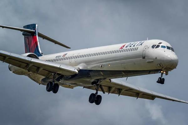 Máy bay mất động cơ, hành khách hoảng loạn