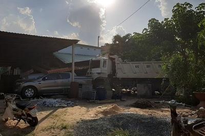 Xe ben tông chết người đi xe máy, lùa ô tô đâm sầm vào nhà dân ở Bình Dương