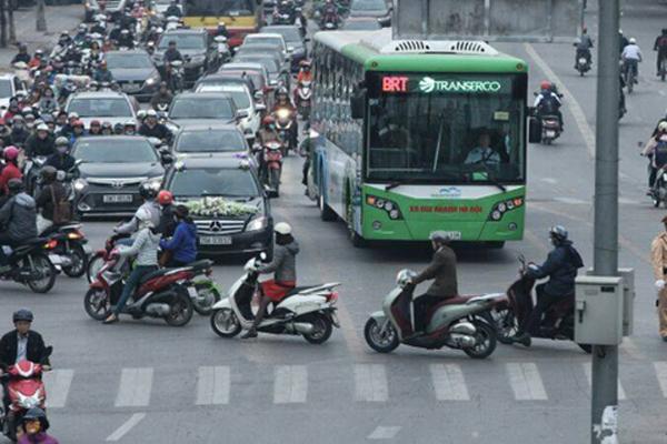Người dân quay lưng với xe buýt, phương tiện 'chôn chân' trên đường