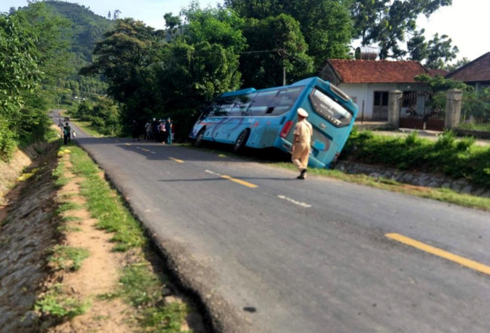 Xe khách cuốn người phụ nữ vào gầm rồi lật nghiêng bên quốc lộ