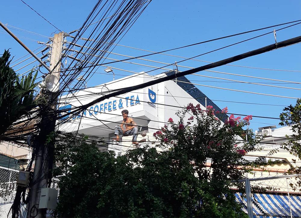 Thanh niên ngáo đá cầm dao 'làm xiếc' trên nóc nhà ở Tiền Giang