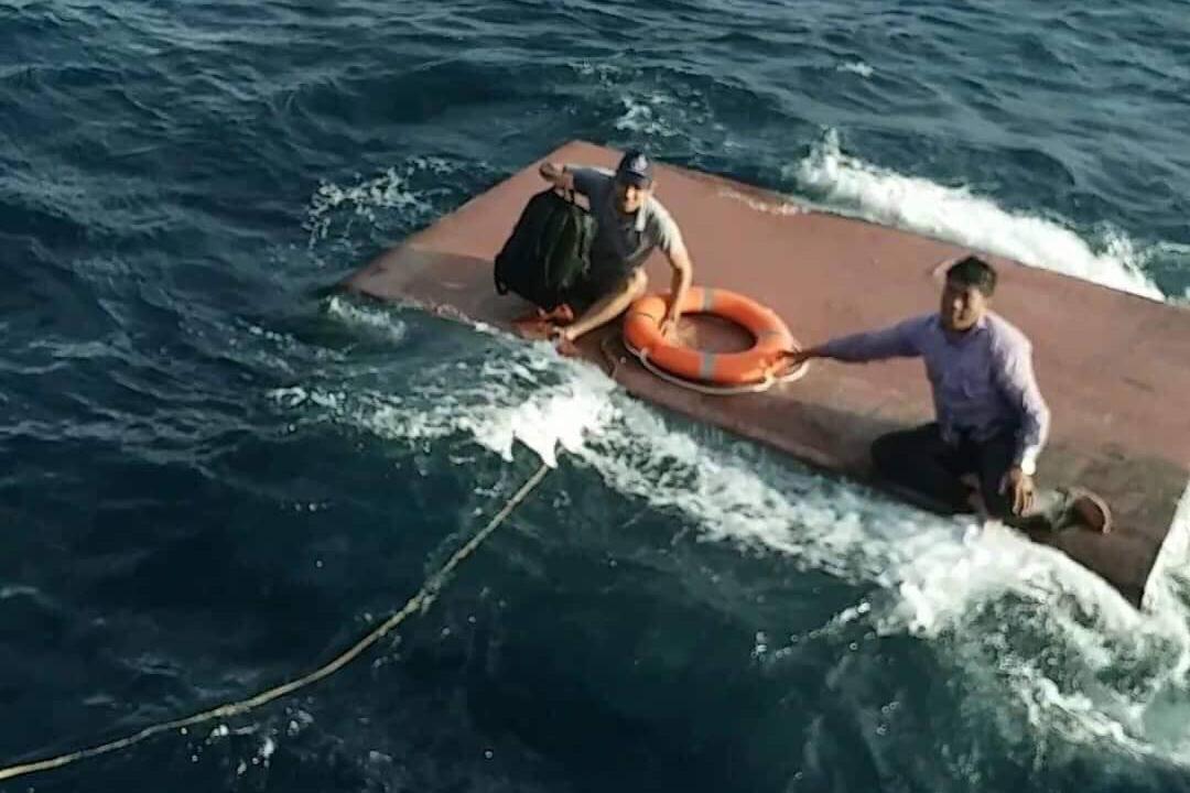 Chìm tàu chở 15.000 lít dầu, 4 thuyền viên Quảng Trị lênh đênh giữa biển