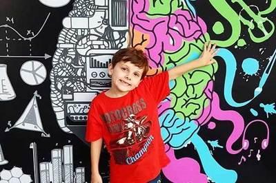 Bé 7 tuổi tự kỷ thành thạo 9 ngôn ngữ
