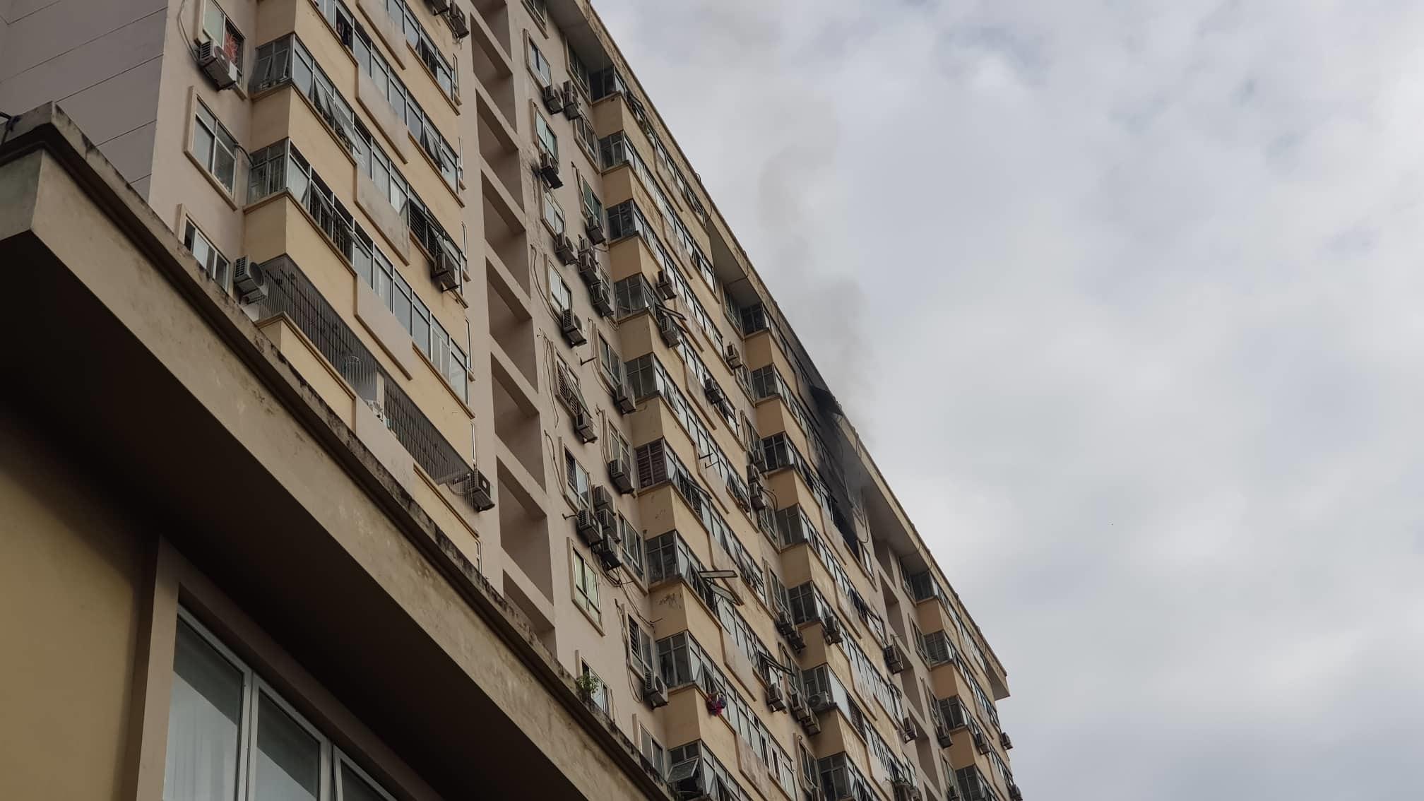 Cháy căn hộ tầng 15, khói nghi ngút tòa nhà ở Nam Trung Yên