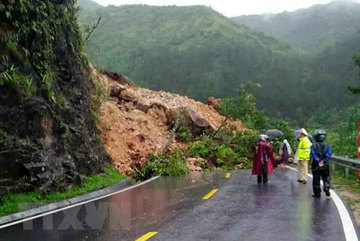 Landslides cause traffic jam on highway in Lai Chau