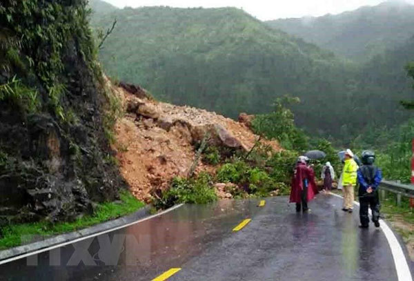 Landslides cause traffic jam on highway in Lai Chau