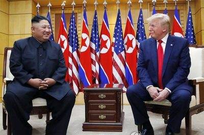 Mỹ bất ngờ xuống thang, cân nhắc giảm cấm vận cho Triều Tiên