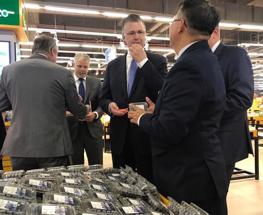 Đại sứ Mỹ đi siêu thị Việt quảng bá quả việt quất