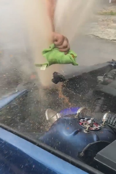 Giá đắt cho chàng trai mở nắp két nước ô tô lúc đang sôi
