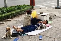 2 bà cháu ngủ vỉa hè Sài Gòn vẫn dành tiền nuôi chú chó nhỏ