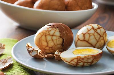 Tự làm món trứng ngâm trà đẹp mắt như viên đá cẩm thạch