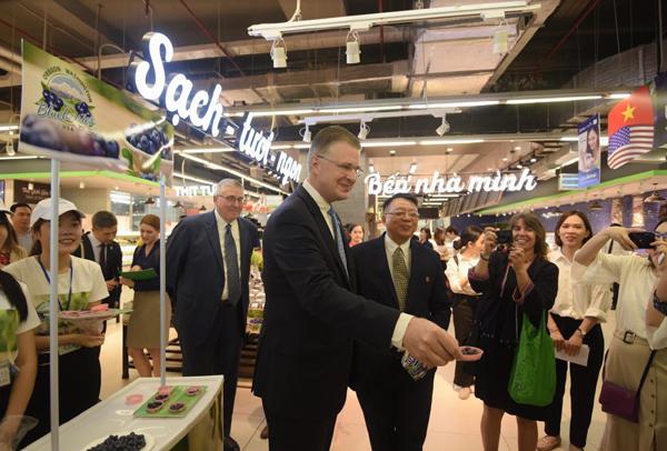 Đại sứ Hoa Kì quảng bá việt quất Mỹ trong VinMart