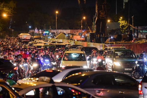 Trăm lô cốt bóp nghẹt đường Sài Gòn, ám ảnh cả tiếng không thoát tắc