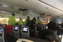 Máy bay Canada hạ cánh khẩn ở Hawaii, hàng chục người bị thương