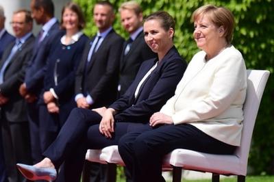 Sau lần thứ ba run rẩy, Thủ tướng Đức Merkel phải ngồi ghế trong lễ chào cờ