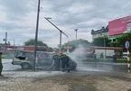 Ô tô 16 chỗ bốc cháy dữ dội trên phố Hà Nội