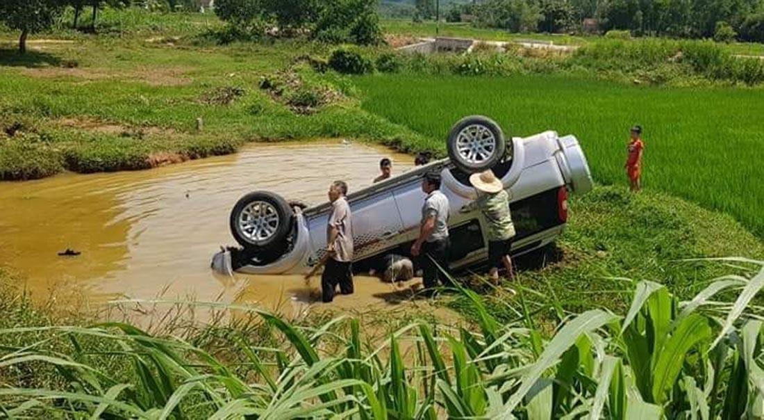 Ô tô lật xuống vũng nước,tài xế Nghệ An chết kẹt trong xe