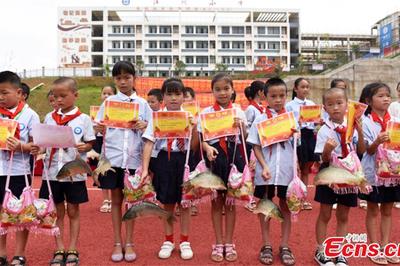 Nhà trường tặng phần thưởng cho học sinh giỏi là… cá chép sống